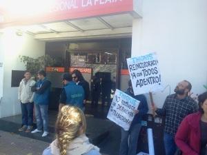 Empleados despedidos de la heladería Thionis se manifestaron en el Ministerio de Trabajo