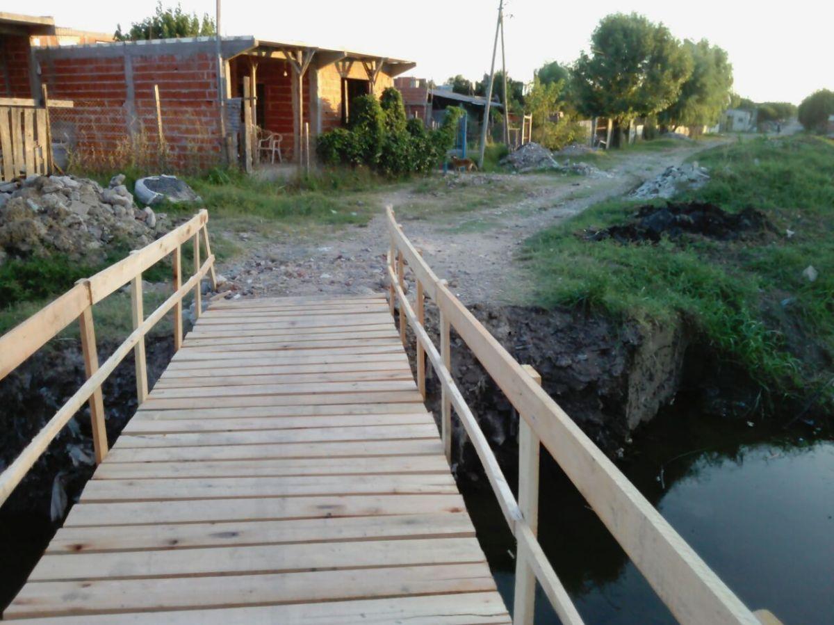 Vecinos construyen su propio puente peatonal sobre el Arroyo Los Hornos